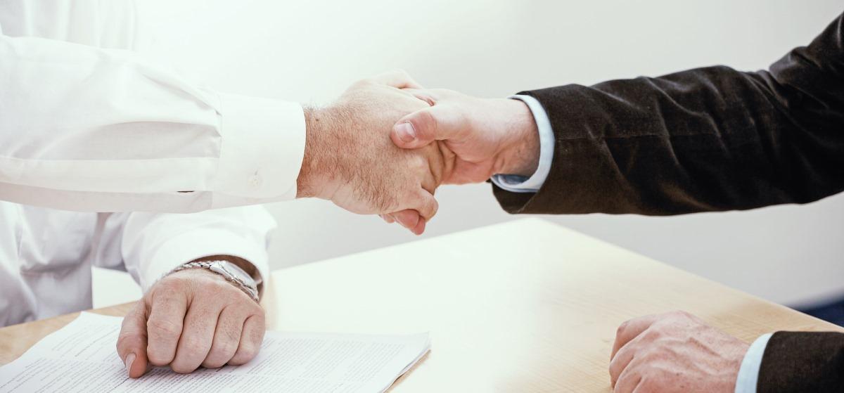 Handschlag zwischen dem Kunden und dem Versicherungsberater der arco Assekuranz